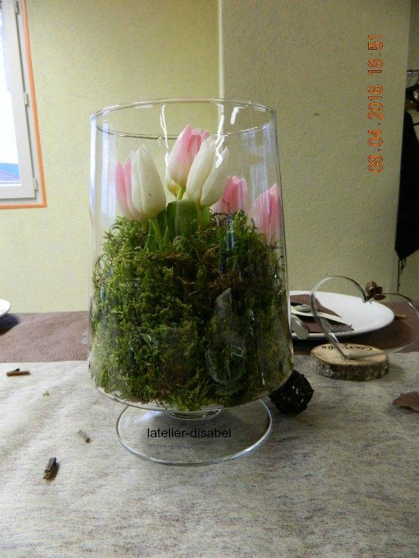 bouquet de tulipes dans vase en forme de verre et mousse des bois